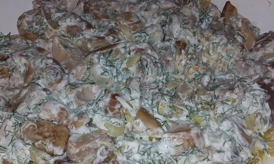 Белые грибы обжаренные с луком и сметаной